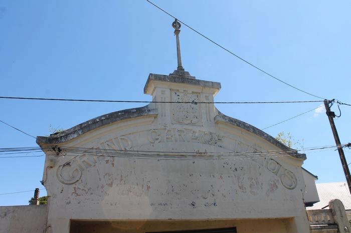 La facade de l'ancien Grand Garage Dunois à l'entrée nord de Châteaudun