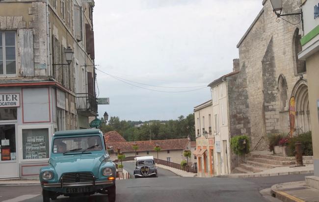 Mansle, entrée de la ville après le pont sur la Charente
