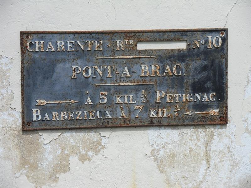 La plaque de cocher au centre de Pont-à-Brac