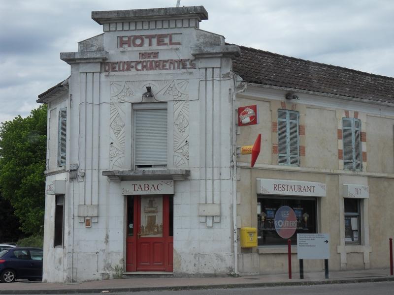 """La facade art déco de l'hôtel restaurant """"Les Deux Charentes"""" à Montlieu-Lagarde"""