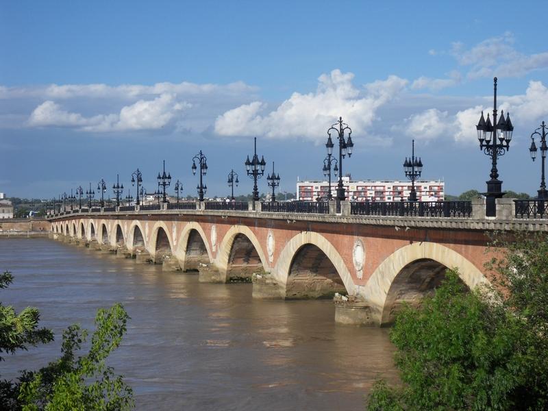 Le pont de pierre de Bordeaux et ses 17 arches