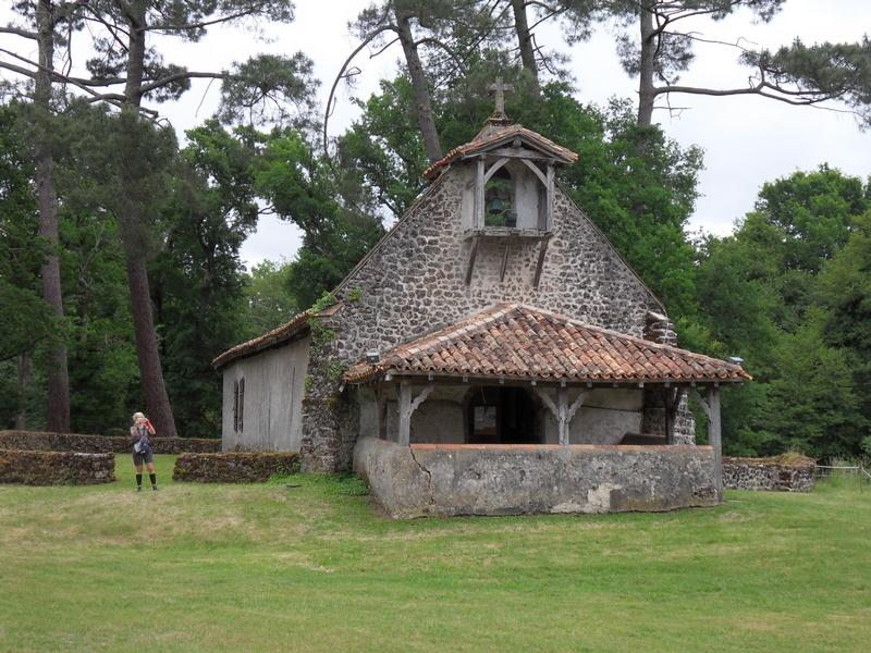 La chapelle St-Roch et son agréable airial au Muret (Landes)